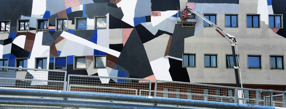 Murale  su un edificio della direzione Atac che si affaccia sul ponte Settimia Spizzichino al quartiere Ostiense. L'opera, dello street artist berlinese Clemens Behr, è stata promossa da Roma Capitale, Atac, Ambasciata tedesca e Galleria 999.