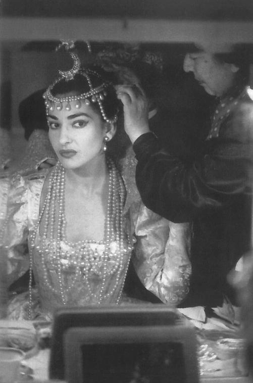 04_Maria Callas in camerino mentre si prepara ad interpretare Ifigenia di Gluck, Milano 1957. In basso si vede la Sacra famiglia di Cignaroli