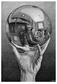Mano con sfera riflettente